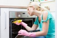 Як легко відмити брудну духовку
