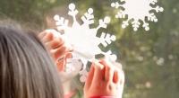 Як приклеїти новорічні сніжинки на вікно
