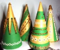 Як прикрасити декоративну ялинку різними матеріалами